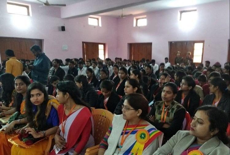 कार्यक्रम में उपस्थित छात्र-छात्राएं।