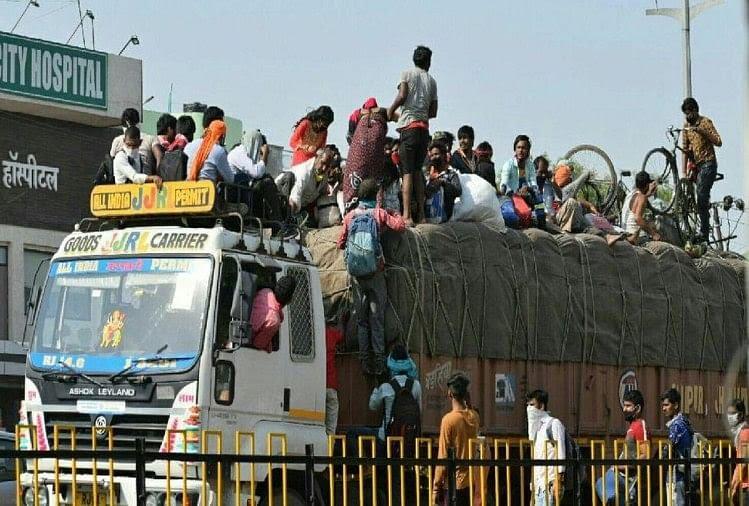 ट्रक पर जान जोखिम में डालकर जाने को मजबूर प्रवासी मजदूर
